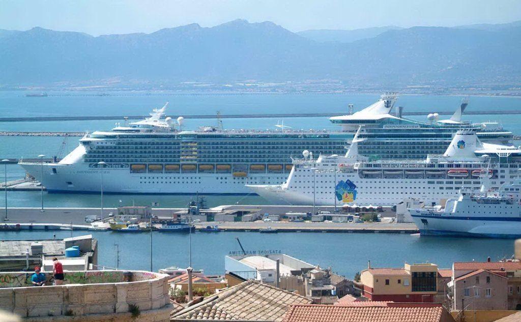 due_navi_da_crociera_a_cagliari_il_giorno_della_visita_di_papa_francesco-0-0-369735jpg.jpeg