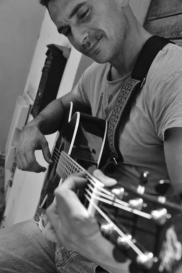 leo-con-chitarra-profilo.jpg