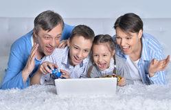 famiglia-che-gioca-i-giochi-di-computer-87372889.jpg